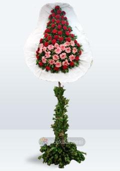 Çiçek Bahçesi - Pembe gerbera ve kırmızı karanfillerle hazırlanan ayaklı sepet