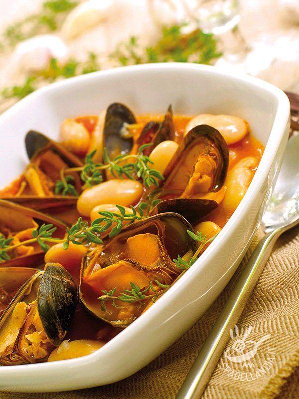 Mussel soup and beans - La Zuppetta di cozze e fagioli coniuga la bontà degli ingredienti di mare con quelli dell'orto. Se potete, invece di usarli lessati, cuocete voi i fagioli! #zuppadicozze