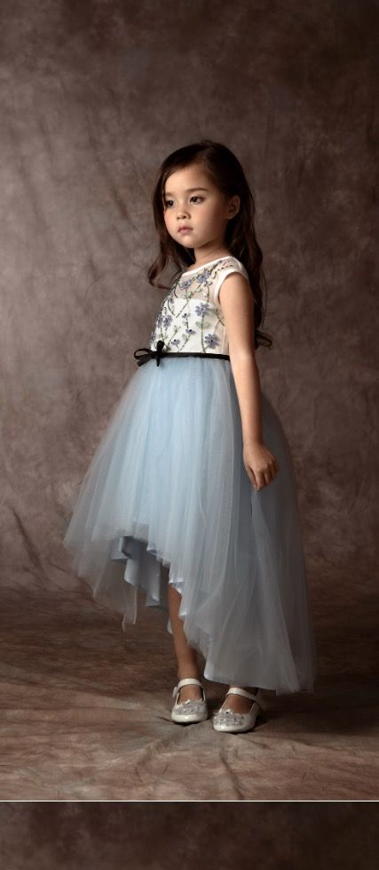 Tierno vestido infantil   I like be the assymetry of this skirt. Still a beautiful tulle skirt but not so huge