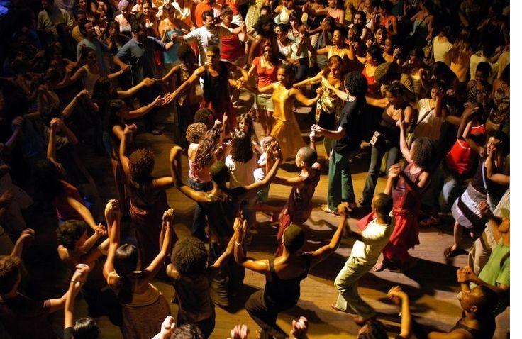 Toda terceira quinta-feira do mês, o viaduto Negrão de Lima, recebe a roda de danças populares, Fuzuê D'aruanda