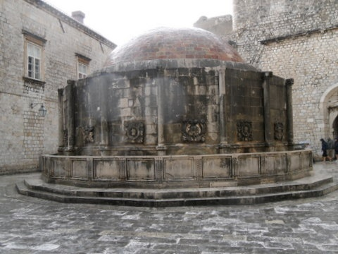 Onofrio's polygonal fountain with 16 spouts.