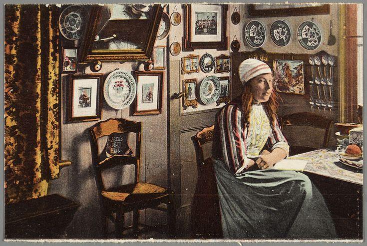 Vrouw in Marker dracht poseert in een interieur. 1910-1920 #NoordHolland #Marken