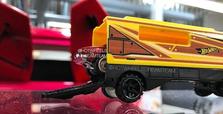 Teasée il y a une quinzaine de jours par les designers de Mattel, la Camaro 67 Super Treasure Hunt qui verra le jour cette année dans la collection Mainline s'illustre une nouvelle fois ce mardi avec une autre photo. Cette fois nous voyons la carrosserie en entier avec son rouge candy superbe mais surtout la décoration flaming qui se retrouvera sur les côtés. Je dois dire que j'aurais préféré une peinture unie mais le flaming fait référence à une autre Camaro du même moule sortie en 1983 et…