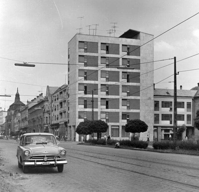 Piac utca (Vörös Hadsereg útja) a Petőfi térről nézve.