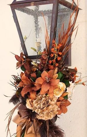 Get your yard ready for Fall with these cheap and easy outdoor fall decor ideas.  Whether it's a yard, garden, or porch display, you're sure to find beautiful fall inspiration for your home here. DIY Outdoor Pumpkins trash bag + plastic bags + newspaper + tape + latex paint + urethane + pipe + urn …