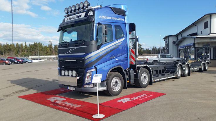 https://flic.kr/p/F1LhrD | Nicklas Bengtssons Skogstjänst AB | 2016-03-11 Leverans av en FH 540 Euro 6 påbyggd med en maskintransport från OP Höglunds.