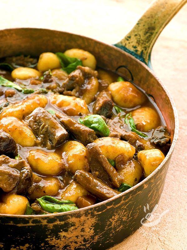 Braised ribs with gnocchi - Cercate un piatto unico che risolva la cena senza impazzire troppo? Eccone uno gustosissimo! Accompagnato con verdure di stagione è perfetto! #costineconglignocchi