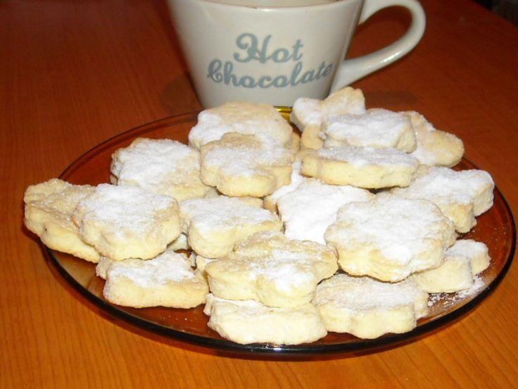Foarte fragezi, aromati si buni sunt acesti biscuiti. Se potpastratimp de 2 saptamaniin cutii metalice. Vor fi din ce in ce mai fragezi si buni. Ingrediente: 250g unt 6 linguri de zahar 1 ou 500 g faina 1 lingurita praf de copt 1 esenta de vanilie zahar pudra Se mixeaza untul (moale, la temperatura camerei) …