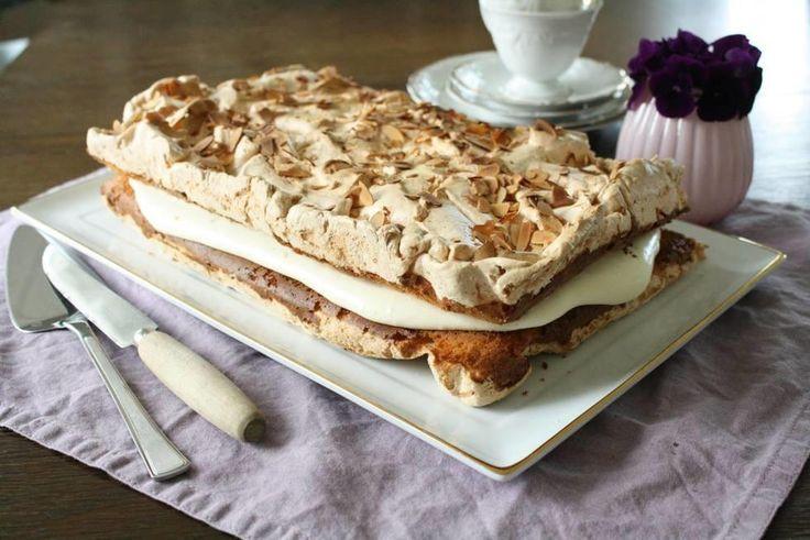 Denne kaken går for å være Norges nasjonalkake og er ofte å finne på et typisk norsk kakebord enten det er bursdag, bryllup eller konfirmasjon.    Kaken består av knasende sprø marengs og saftig formkake og er fylt med en silkemyk vaniljekrem blandet med bløtpisket krem. Den er ikke vanskelig å lage, men sørg for å ha en helt ren bakebolle og visp når du skal piske eggehvite og sukker.     Fett ødelegger all marengs, så pass på at eggehvitene er uten rester av eggeplomme. For å få en fin…