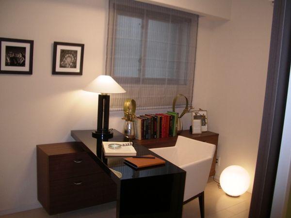 インテリアコーディネート DEN・書斎|長年愛用している棚に L字型のデスクをつけると 書斎に生まれ変わります。 足元にライトを置くと より落ち着いた空間に。