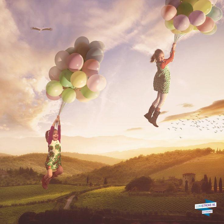 Welk kind (en volwassen kind) wil er nu niet de lucht in zweven met ballonnen? Met dit kunstwerk is dat mogelijk! Zie je kinderen of jijzelf met je partner, familie of vrienden over een idyllisch landschap vliegen. Marc maakt de foto's in onze studio en Joël tilt jullie digitaal naar grote hoogte. Een perfect kunstwerk voor huizen en gezinnen waar veel gelachen, gespeeld en gedroomd wordt.  #Photoshop #photograpy #kids #magic #fantasy #floating