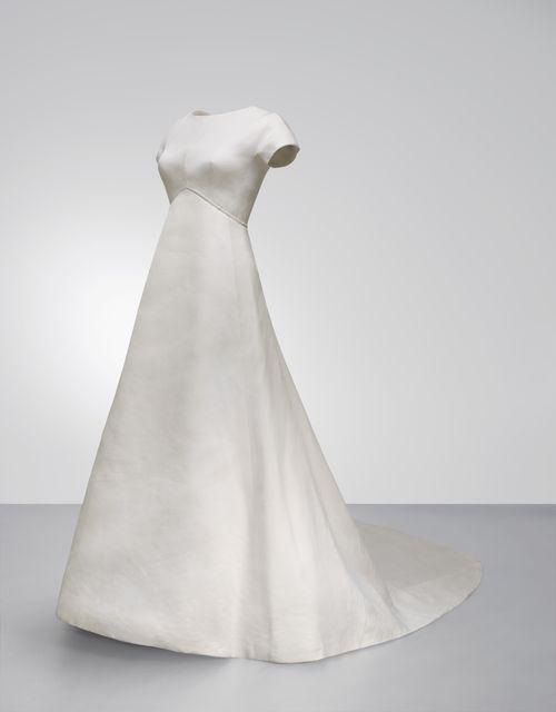 #Balenciaga. Vestido de novia en gazar de seda de 1968. Perteneció a Silvia Arburua   Ejemplo de las cualidades escultóricas que el gazar le permitía explorar.El aparente minimalismo exterior esconde un aparatoso corsé que modela el torso y sostiene todo el peso de la hechura.