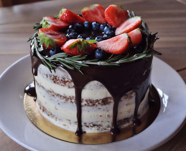 Кофейно-ванильный торт в стиле рустик: влажные ванильно-кофейные коржи, ванильный крем, прослойка из соленой карамели, украшен шоколадным ганашем и  ягодами.   Автор instagram.com/podruga_ronaldo
