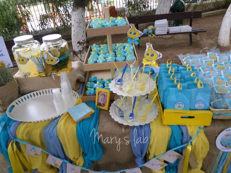 Το τραπέζι με τα γλυκά και τις μπομπονιέρες.