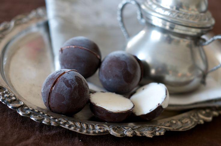 palline di cioccolato con cuore di gelato
