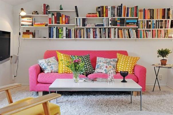 wonderful bookshelves and the colors!Small Apartments, Decor Ideas, Pink Sofas, Pink Couch, Interiors Design, Living Room, Studios Apartments, Apartments Decor, Apartments Interiors