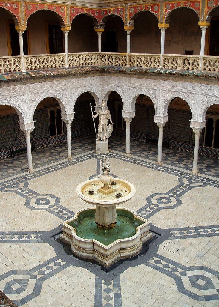 La ciudad es bipolar por naturaleza, al igual que el Jano Bifronte del patio de la Casa de Pilatos. Sevilla nunca puede tener una visión lineal e inequívoca de su existencia, la ciudad siempre necesita un oponente dialéctico.