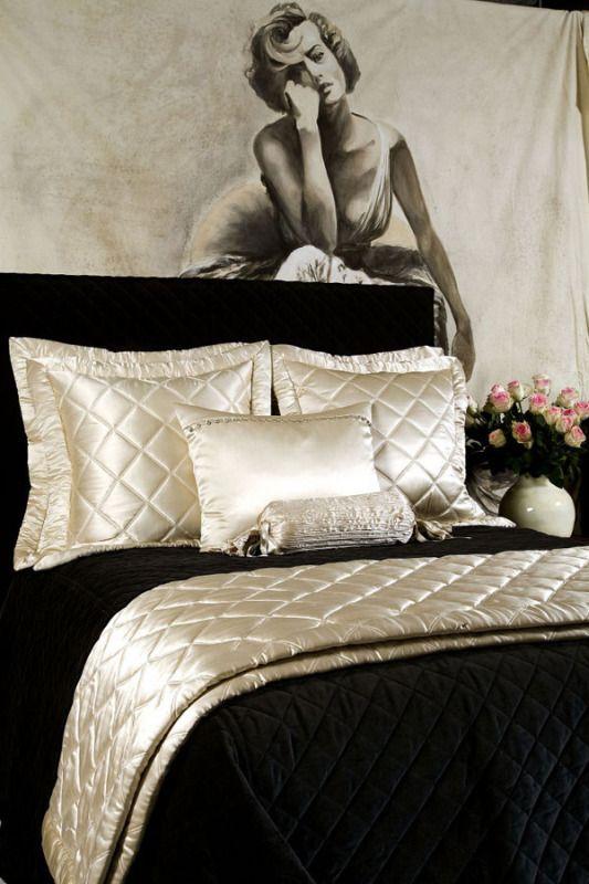 Черное покрывало с отворотом и подушками жемчужного оттенка