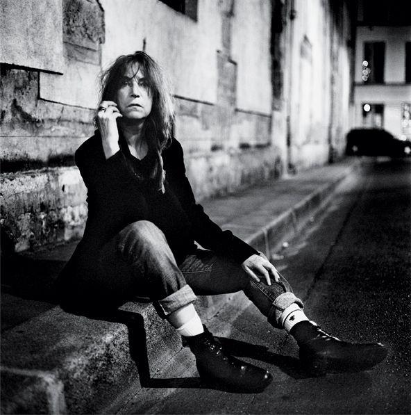 Patti Smith . Anton Corbijn photographer  -[ Verbeelding personage ]   Rauwe achtergrond, personage kijkt puur.