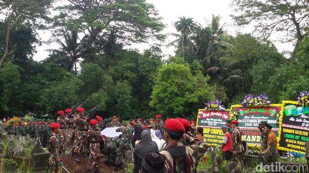 Anggota Kopassus yang Tewas Saat Latihan Terjun Payung Hari Ini Di Makamkan