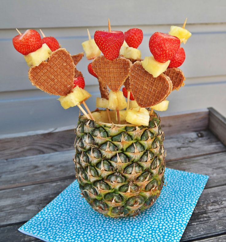 Deze #zomerse #sateprikkers met #stroopwafel, #aardbei en #ananas, zijn erg leuk om tijdens een #feestje als #hapje op #tafel te zetten! #prikker #stokjes #zomerhapje #zomer #feesthapje