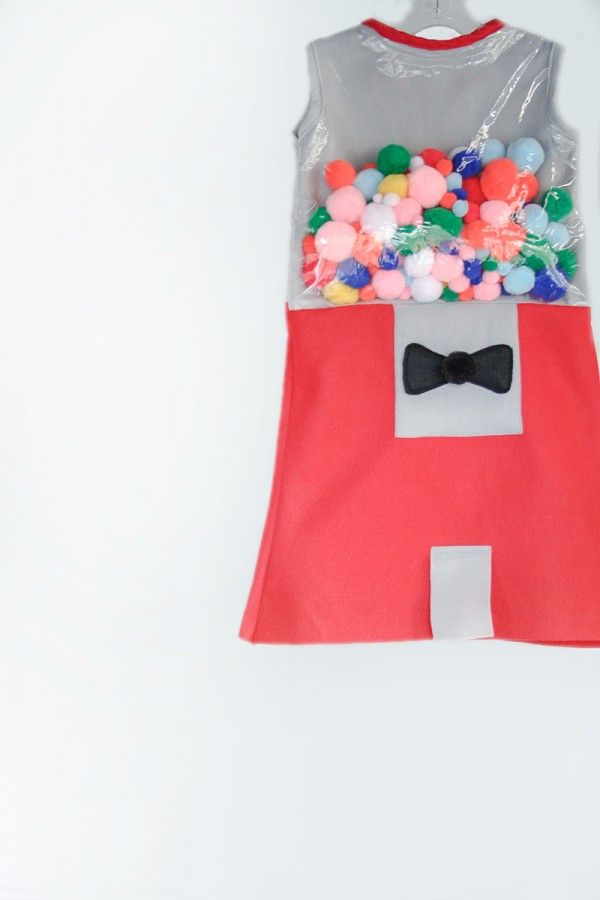 Too cute! Kids' gumball machine costume, that you can stitch or hot glue. Find the how-to at Studio DIY.