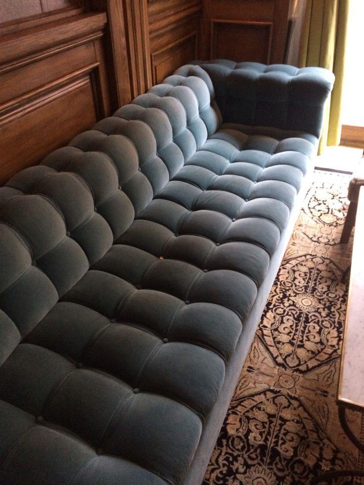 New York - Marlton Hotel Bleu velvet couch beau et confortable