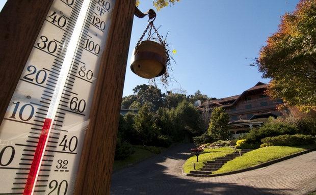 Pedestal de madeira ecológica, com termômetro, colocado pela prefeitura na Avenida Borges de Medeiros, em Gramado (RS)