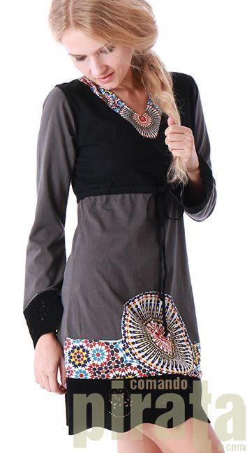 Vestido de invierno con el cuello en V de manga larga. Patrón marroquí en el cuello y parte inferior del vestido. Combinación de dos tonos de colores. No te pierdas este vestido que no queda fuera temporada y que vale la pena tener uno para este otoño/invierno.