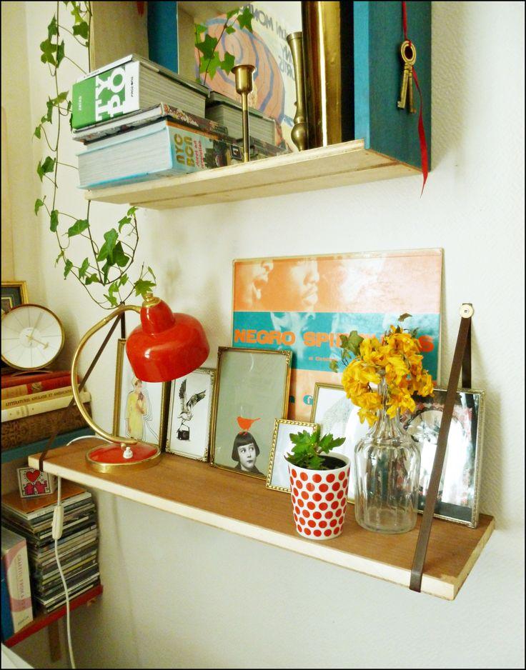 étagère suspendue, lampe et cadres vintage