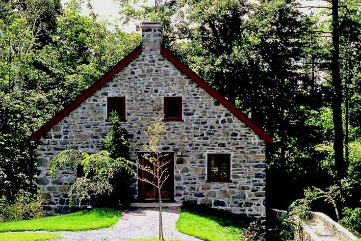 Le premier moulin à eau de Saint-Bruno-de-Montarville, au Québec, date de 1725, soit à l'époque de la seigneurie de Montarville source: Wikipedia