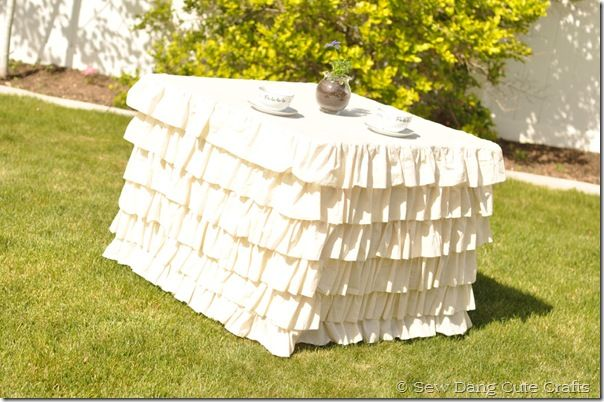 LOVE this DIY ruffled square tablecloth from @Tamarynn Bennett!!