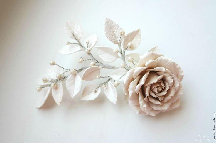 Купить или заказать Зажим 'Латте' в интернет-магазине на Ярмарке Мастеров. Зажимвыполнен в технике 'керамическая флористика' с использованием самозастывающей полимерной глины. На ощупь глина зефирная, цветочки легкие, почти невесомые и достаточно прочные. В зажиме сочетается белый и цвет 'кофе с молоком'. Изюминку цветочной композиции придает сочетание перламутрового молочного бисера. Хорошо держится в волосах, подойдет к любому образу В НАЛИЧИИ В…