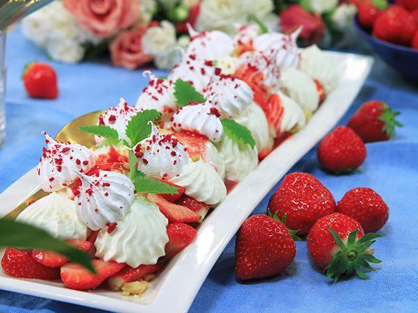 Marängswiss med jordgubbar och crumble