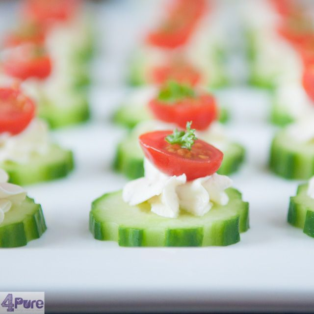 Cucumber with herb cream cheese and tomato - English recipe - Fresh, creamy and very suitable to make for big groups, like at a potluck party. An airy appetizer where as the cream cheese, give the cucumber just a bit spice and the tomato a great color effect (and taste)