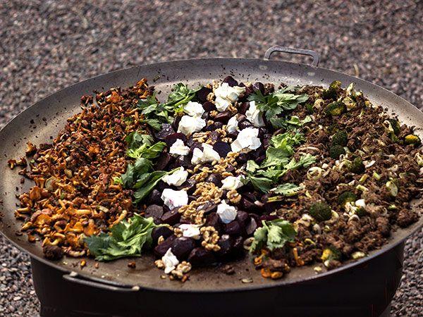 Höstlig festmåltid för många. Skav steks tillsammans med selleri och gul lök. Kryddas med kanel. Serveras med picklade paprikor.