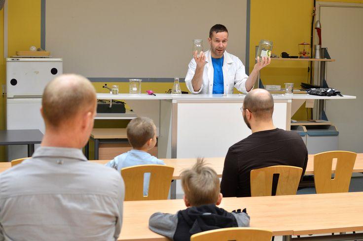 Tiedekeskus Tietomaassa järjesttiin koko perheelle suunnattuja tiedenäytöksiä.