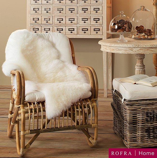 Rotan stoel met schapenvacht kleed geeft een warme uitstraling   Rofra Home
