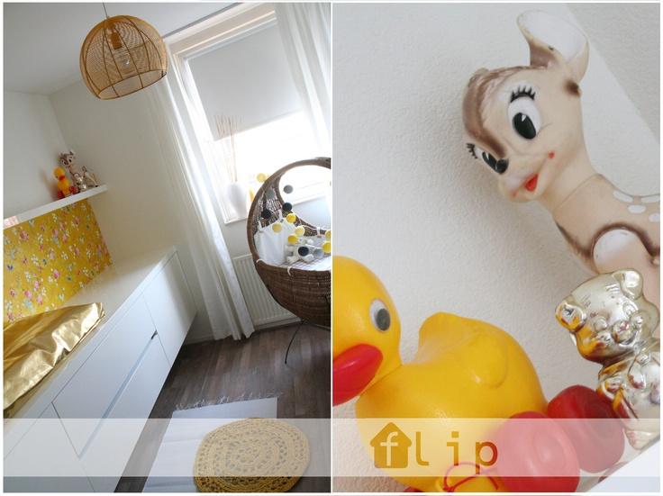 Nursery in ocher, yellow, with gold an retro accessories - babykamer met oker, gouden en retro accessoires