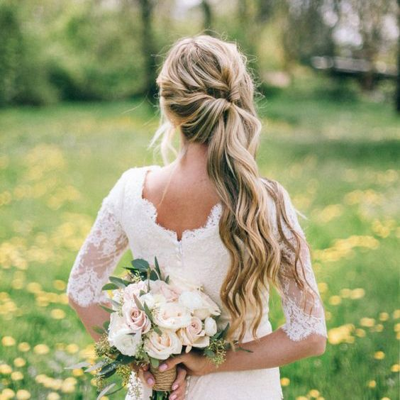 In this article, a wedding hair professional shares her BEST hair tips for wearing a side ponytail style. Great advice and gorgeous style ideas!
