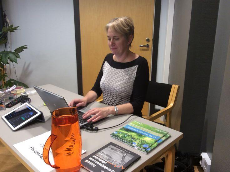 Kirsi kirjoittaa Fiskarsissa strategiaseminaarissa ylös kaiken mitä hallitus keskustelee.