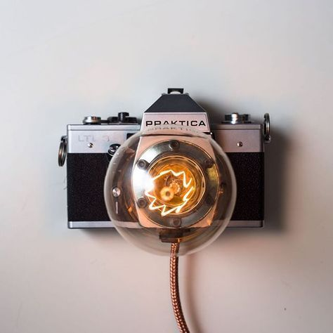 Fotolampa. Projekt niestandardowy, na specjalne zamówienie. nulight uwielbia takie wyzwania! #nulight #nulight_polska #HandMade #lamp #camera #upcycled #praktica #interiordesign #decoration #design #cracow #light