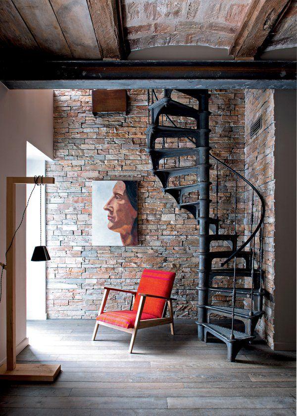 Une maison familiale à l'allure moderne - Maison au style industriel avec un mur en briques et des escaliers en fer