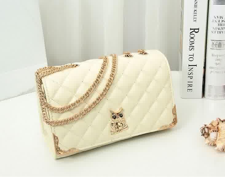 20430 Rice Tinggi : 16 cm Lebar : 26 cm Tebal : 9 cm Cara Buka : Lock Tali Panjang : Ada Bahan : PU 700 gram 160.000 #fashion #bag #tas