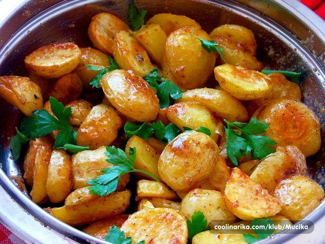 Ovo je starinski francuski recept za salatu od pecenog krumpira .Jako je fino i jednostavno.Recept je by Bobby Flay.