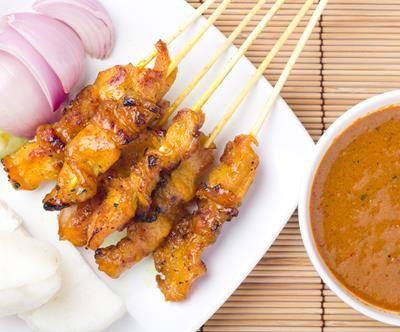 Satay Kai: Supermalse saté van kippendij gemarineerd in Indonesische marinade, met satésaus.