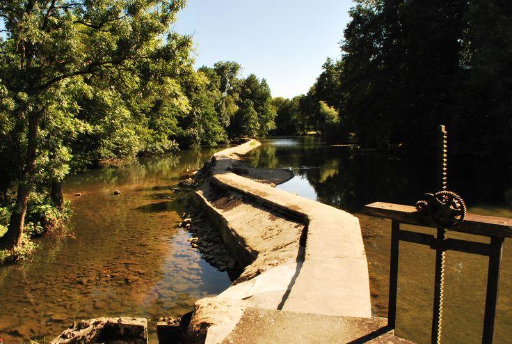 Le barrage à l'étiage devient un chemin de randonnée...sur le Clain.
