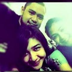 @satrialibyanto @maudymikha @ayushitara - with her family