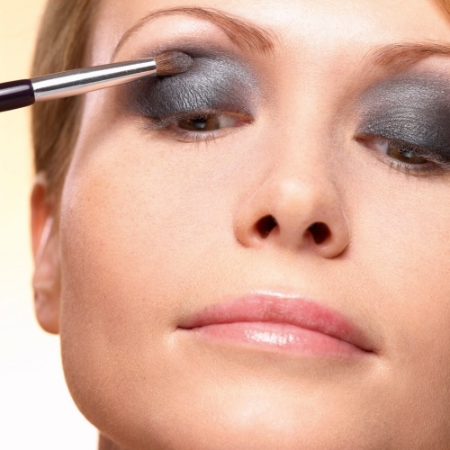 5. Blend the colors by applying Smokey Grey in the middle between the light and dark color with the Eye Crease Brush. #makeuptips #yvesrocher