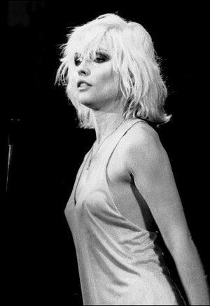 Deborah Harry i jej punk-rockowy styl z lat 80. To fryzura, która nie wymaga spędzania godzin przed lustrem. Przy okazji takie naturalne i niesforne kosmyki są bardzo seksowne!